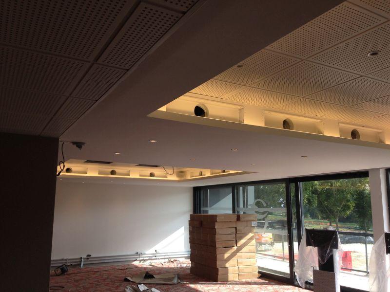 passage cable faux plafond